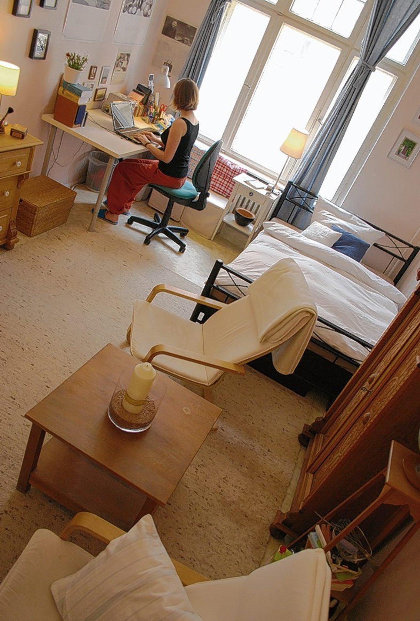 Ein Bett, Ein Tisch, Ein Schrank Und Stühle: In Einem WG Zimmer