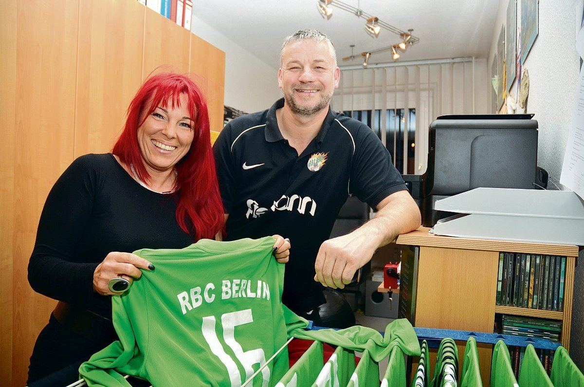 Fußballverrückt im besten Sinne: Angela Range unterstützt ihren Mann beim U17-Hallenfußballturnier.