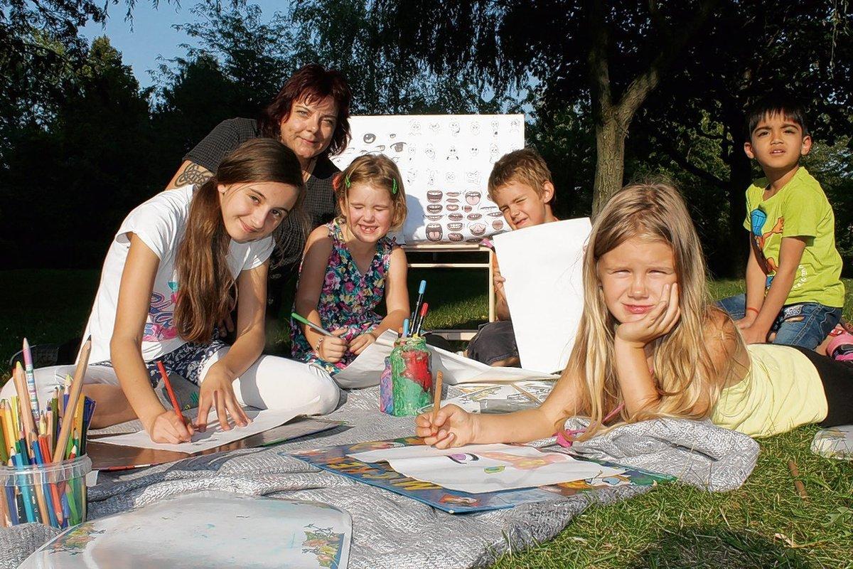 Unter Anleitung von Silvana Czech entwickeln Larissa, Sophia, Luca und Kim ihre Comic-Figur.