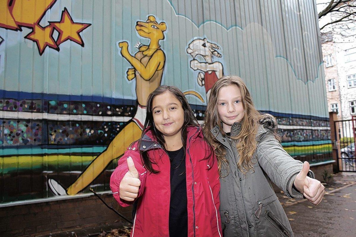 Radhika und Amy sprühten an diesem Bild mit, auf dem eine Löwin und ein Ziegenbock einen Lauf absolvieren.