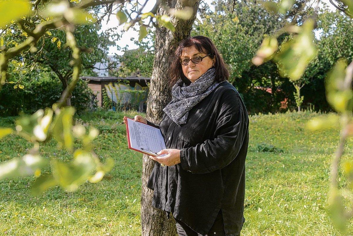 Entweder Wiese oder Wegzug: Schriftstellerin Jenny Schon sammelt Unterschriften für das Idyll vor ihrem Haus.
