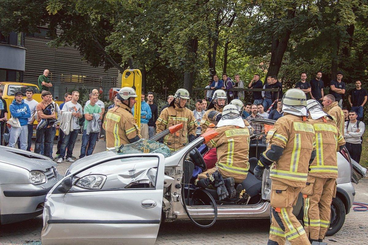 Die Demonstration der Rettung in einem Auto eingeklemmter Personen beeindruckte die Jugendlichen.