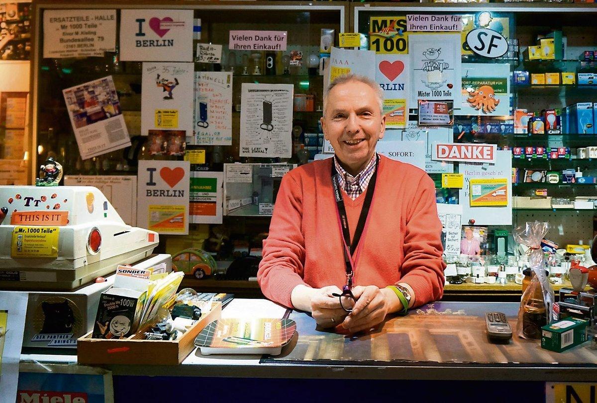"""Roland Kieling oder """"Mr. 1000 Teile"""" in seinem Laden."""
