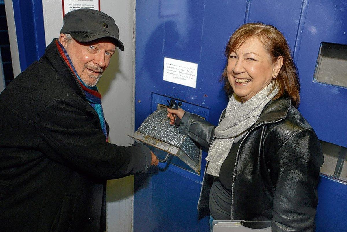 Lasst uns die Müllklappen: Helmut Kliefoth und Christine Wußmann-Negriz wollen für den Erhalt der Absauganlage kämpfen.
