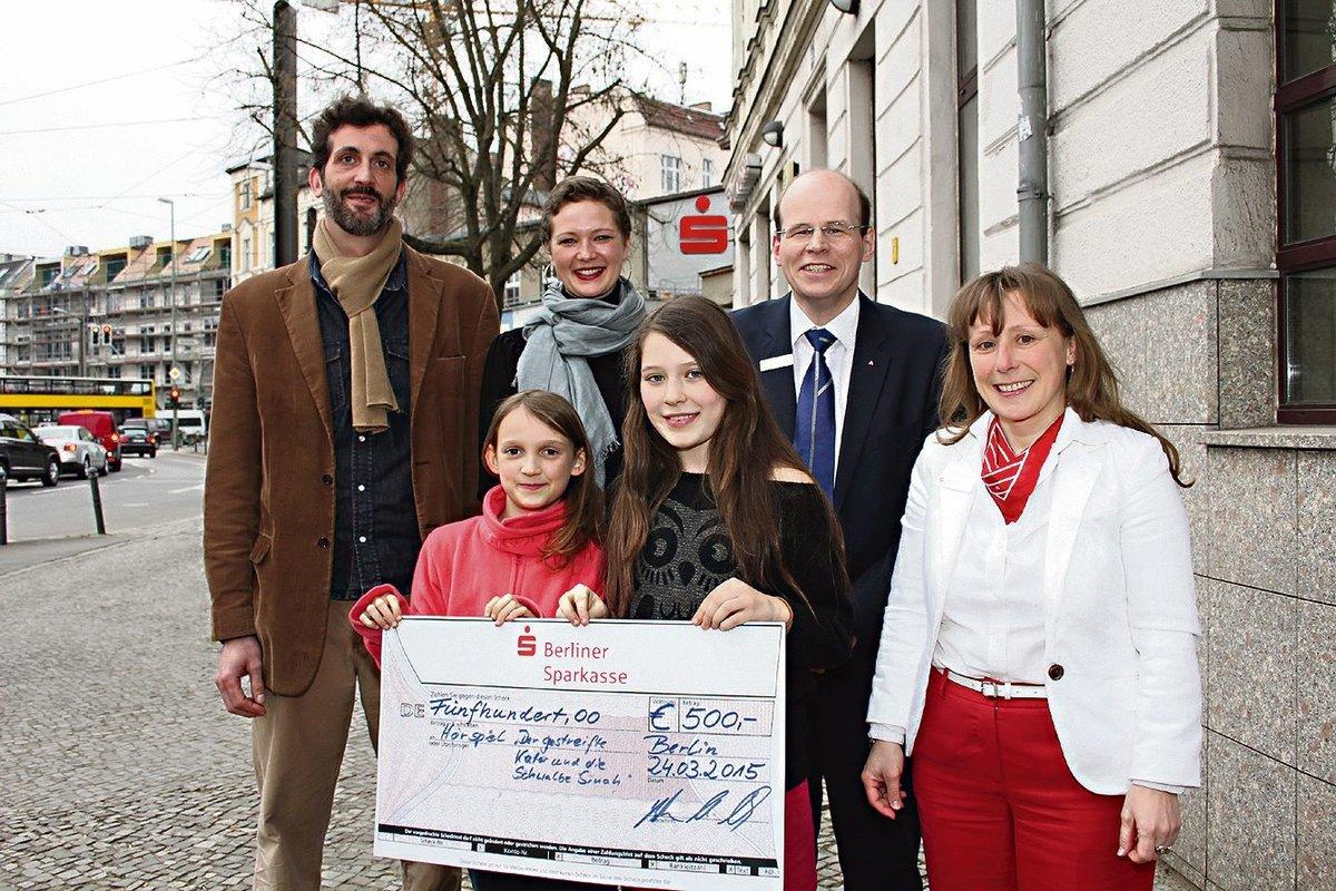 Vor wenigen Tagen konnten Vertreter des Projektteams und Sprecherkinder vor der der Sparkasse in der Dietzgenstraße den Spendenscheck entgegennehmen.