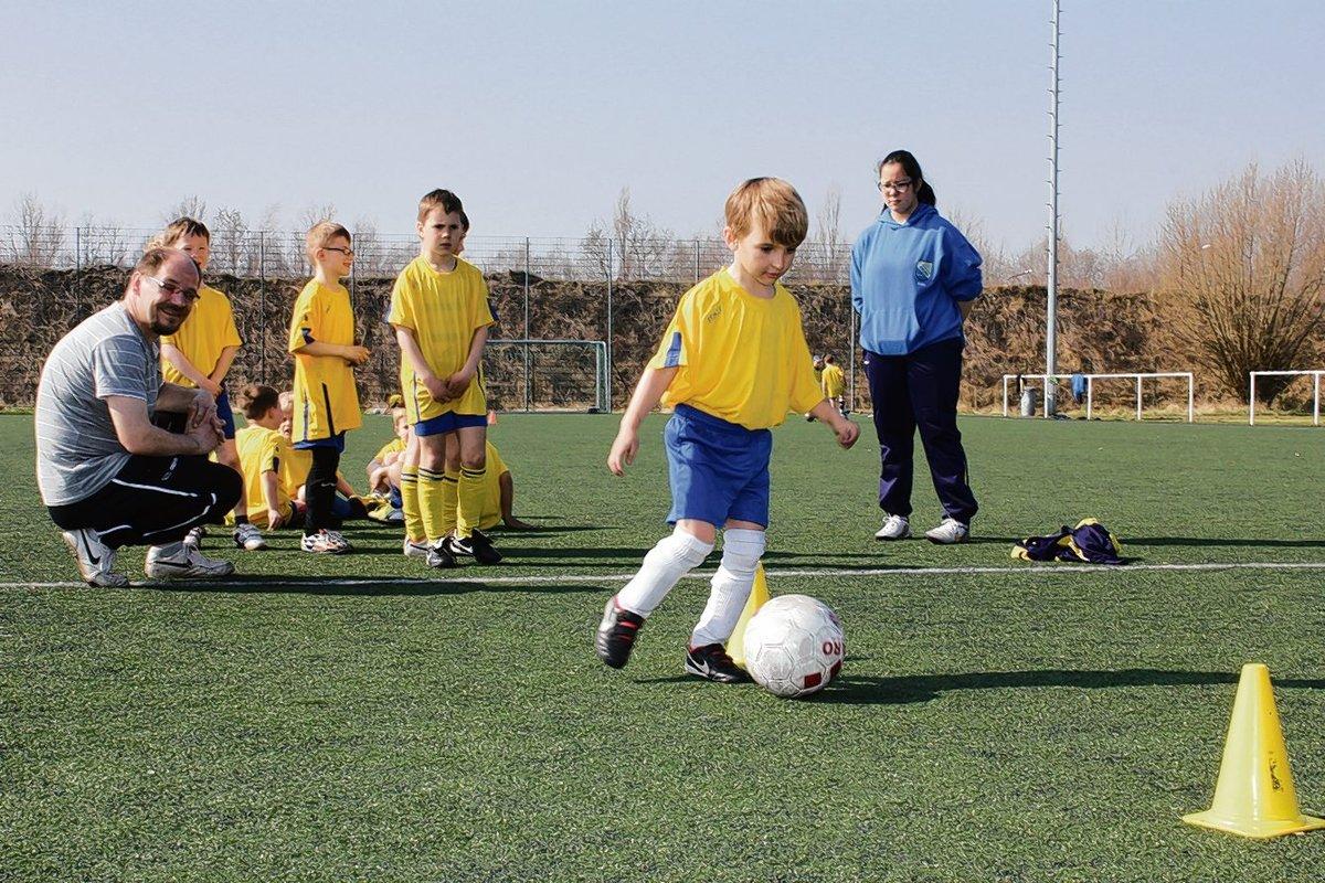 In der Fußballferienschule trainierten Sechs- und Siebenjährige in einer Gruppe unter Anleitung von André Witt und Fabienne Bohn die Bewegung am Ball.