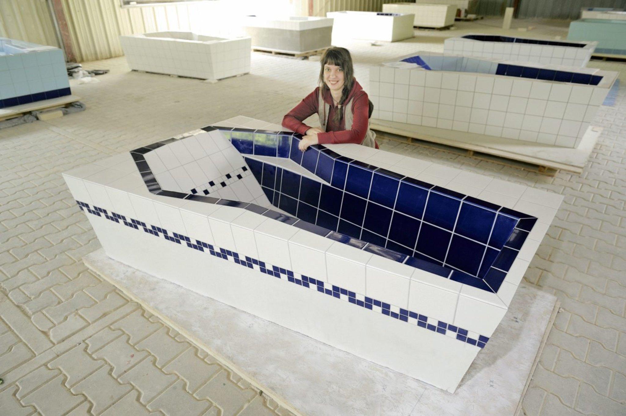 Elena nawrocki 27 aus marzahn macht den meister als fliesenleger marzahn - Geflieste badewanne ...