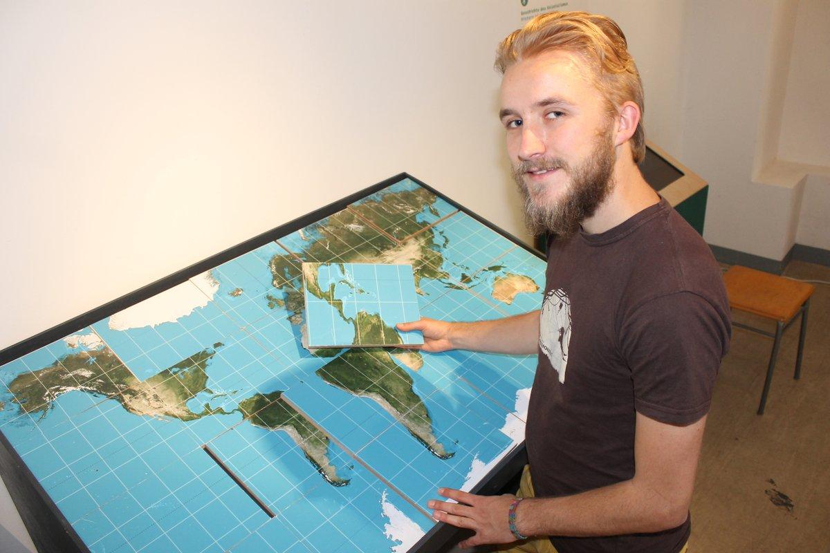 Anhand eines Modells, dass Besucher selbst zusammensetzen können, wird deutlich, dass die Kontinente tatsächlich ein ganz anderes Größenverhältnis haben, als auf eindimensionalen Zeichnungen allgemein dargestellt ist.