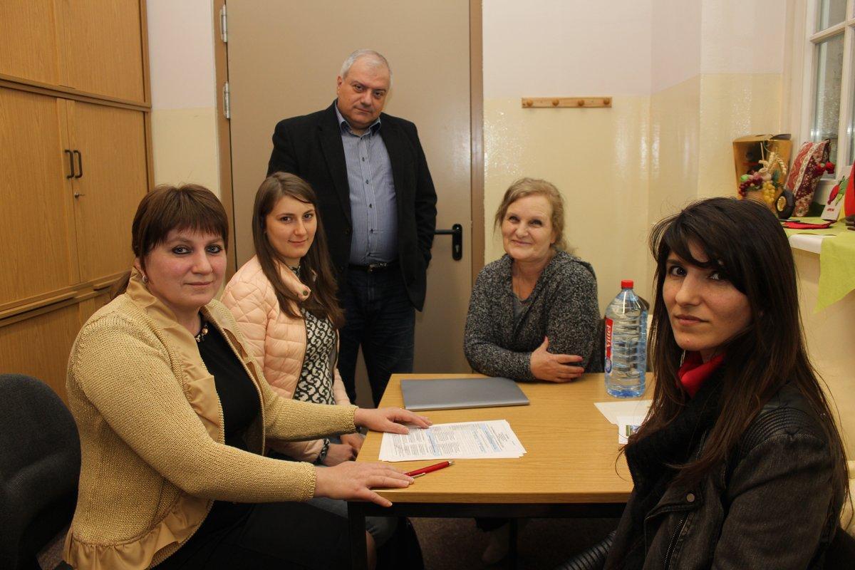 Zhanna Baghdasaryan (links) im Gespräch mit Mitgliedern ihres Vereins. Sie hilft armenischen Familien, die nach Berlin kommen, hier heimisch zu werden.