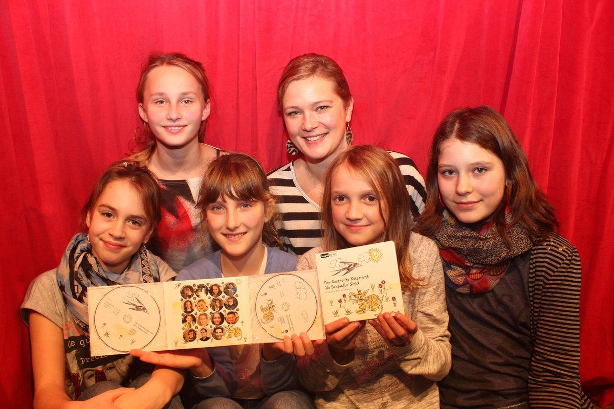 Theaterleiterin Monique Neumanova nahm mit Pauline, Charlotte, Cheyanne, Josefine, Annalena sowie weiteren Kindern ein Hörspiel auf.