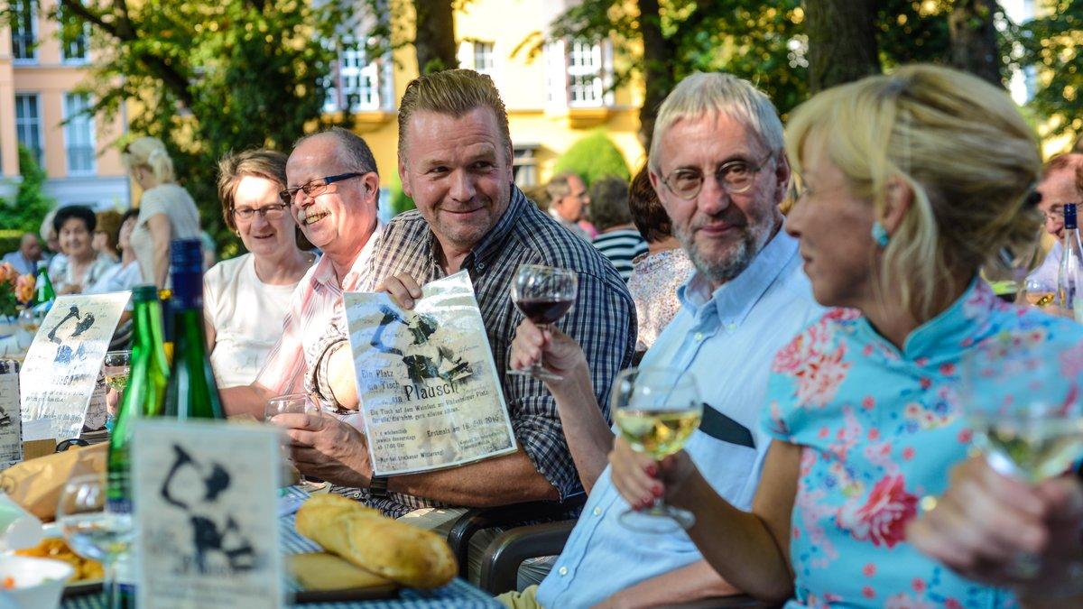 Nicht wegzuklagen: Die Stimmung beim Rheingauer Weinbrunnen am Rüdesheimer Platz zeigte sich noch geselliger als je zuvor.