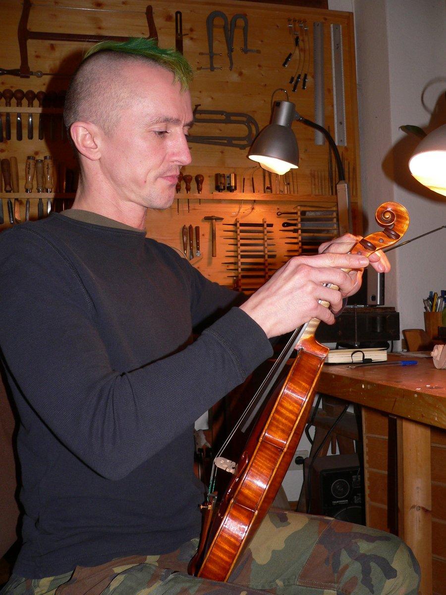Thomas Rojahn in seine Arbeit vertieft.