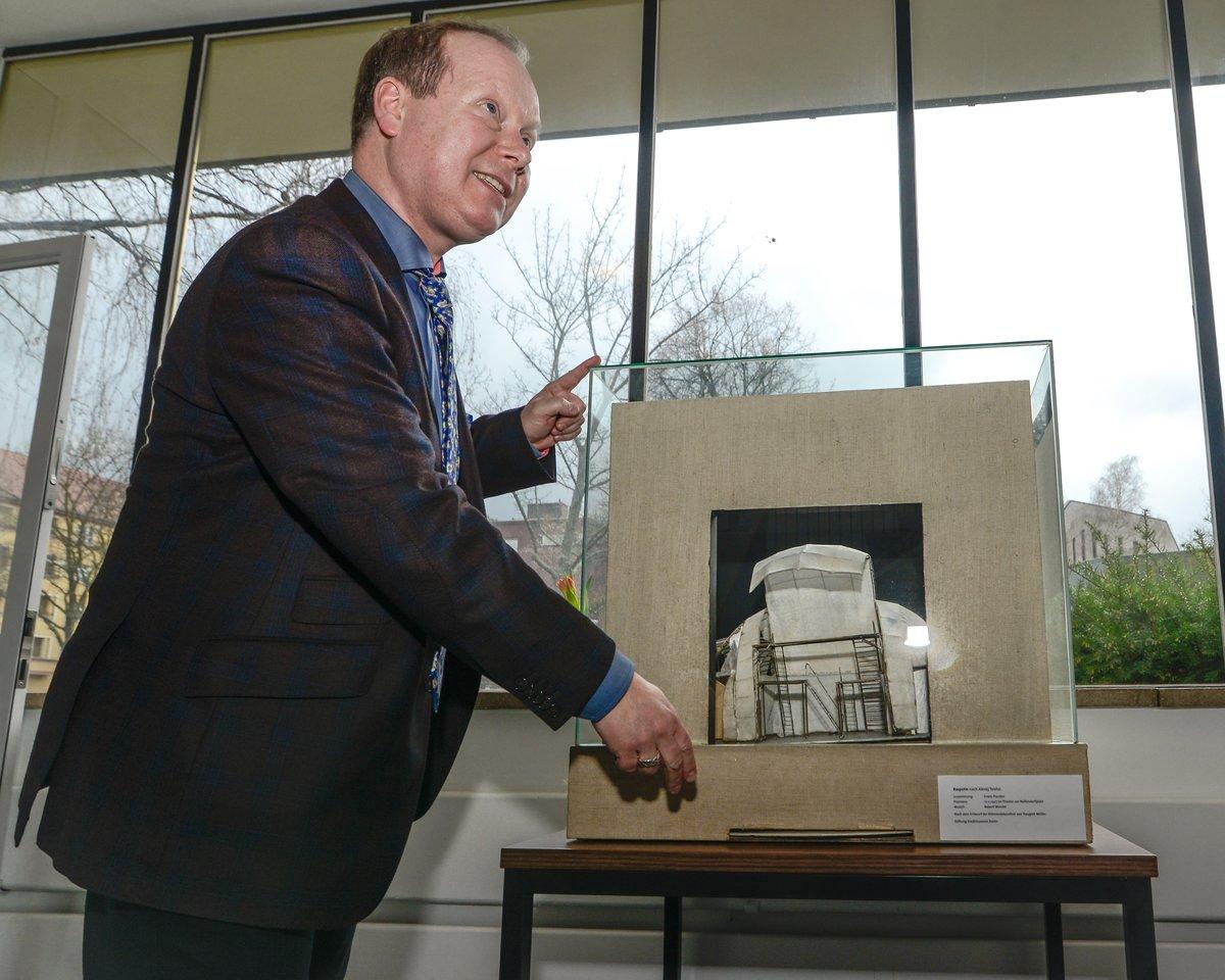 """Revolutionäre Bühnentechnik: Frank-Rüdiger Berger stieß auf eine Miniatur dieses Modells, das Piscator in den 20ern eine """"Multi-Media-Show"""" ermöglichte."""