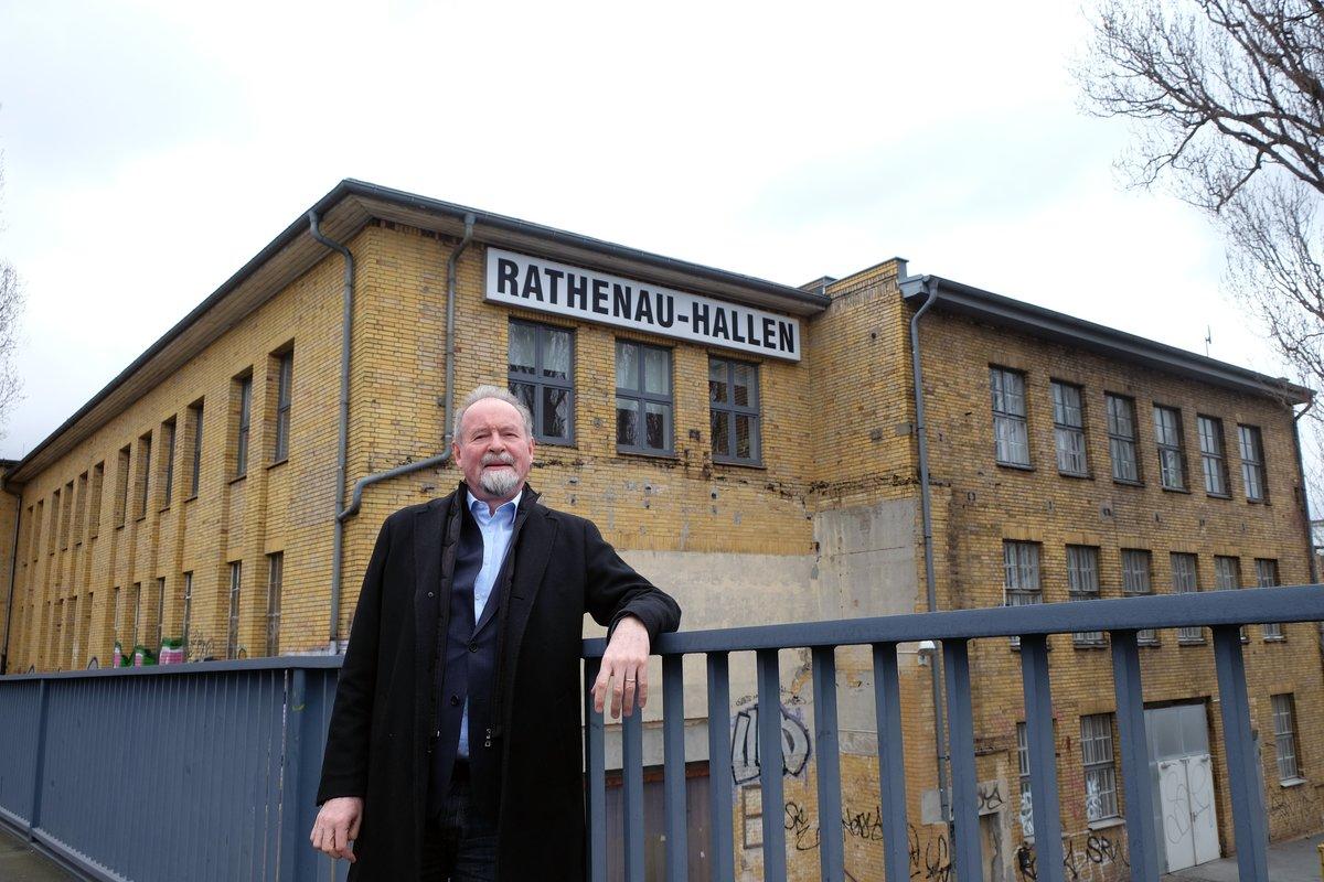 Pastor Joachim Georg vor den Rathenau-Hallen. Ein Investor plant hier Wohnungsbau.