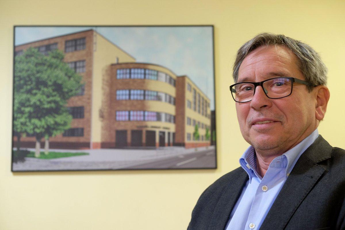 Wolfgang von Schwedler, Leiter des Alexander-von-Humboldt-Gymnasiums, hat einen Traum. Das historische Schulgebäude von 1929 – im Hintergrund – soll wieder die originale Fassade aus gelben Tontafeln bekommen. Dabei setzt er auch auf Unterstützung durch frühere Schüler.