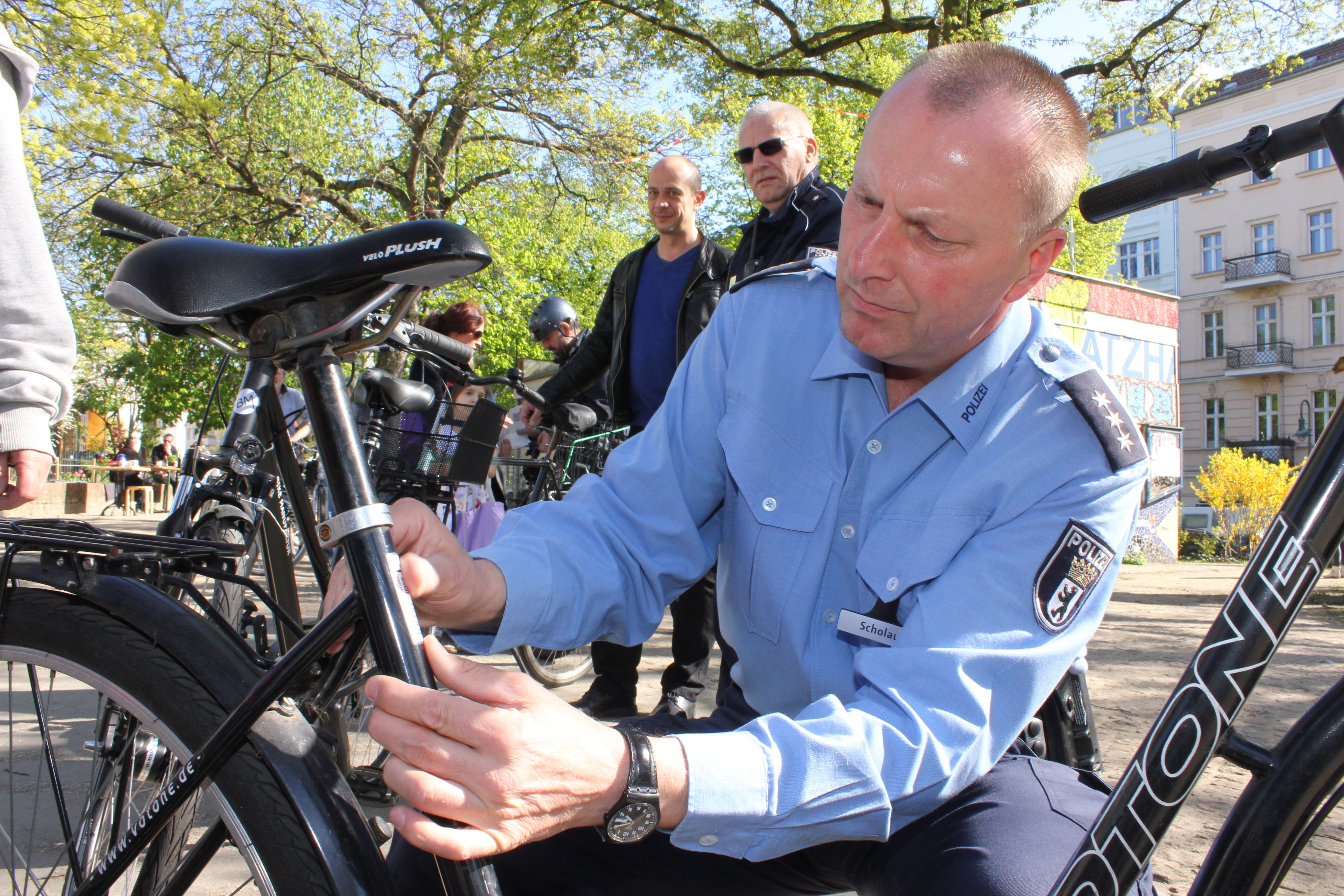 neue aufkleber besserer schutz fahrradcodieraktion der polizei auf dem helmholtzplatz. Black Bedroom Furniture Sets. Home Design Ideas