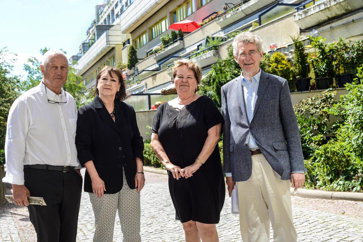 Sie können nur Gutes sagen: Wolf Bertelsmann, die Mieterinnen Christine Wußmann-Nergiz und Sonja Scholz und Dietrich Worbs im Hof des imposanten Gebäudes.