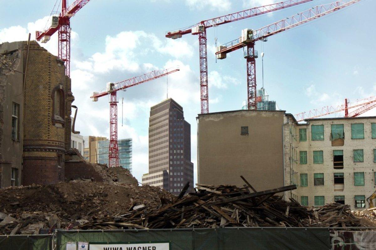 Kräne, die sich wie im Ballett drehen. Ein sichtbares Zeichen für den Berliner Bauboom.