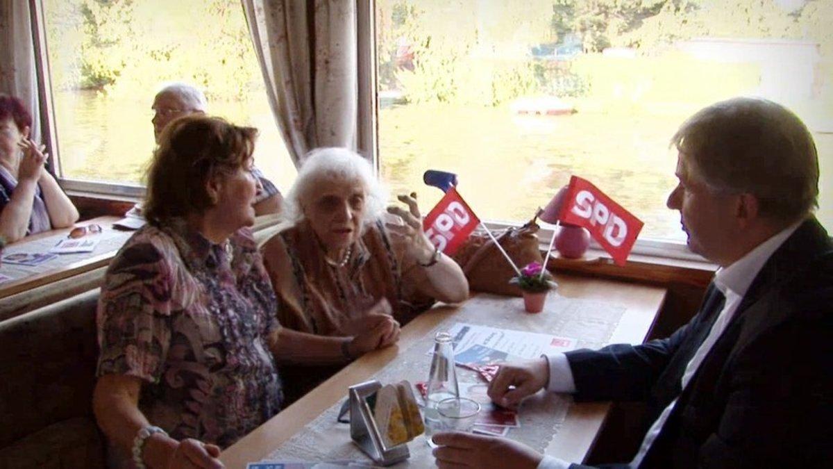 Renter klagen dem damaligen Regierenden Klaus Wowereit ihr Leid wegen steigender Mieten.