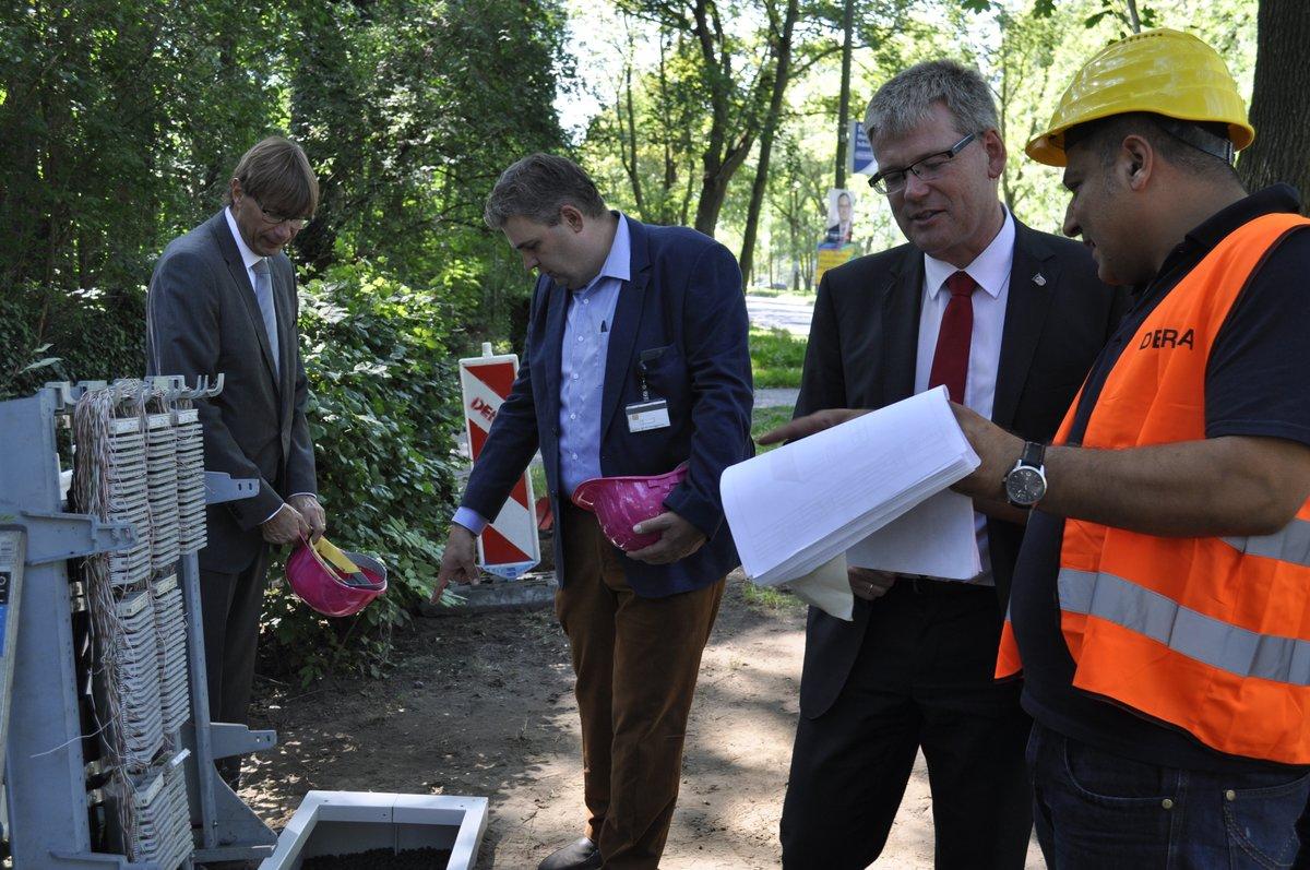 Bürgermeister Helmut Kleebank ließ sich beim Start der Bauarbeiten in Kladow erklären, wie Glasfaserleitungen und neue Verteiler funktionieren.