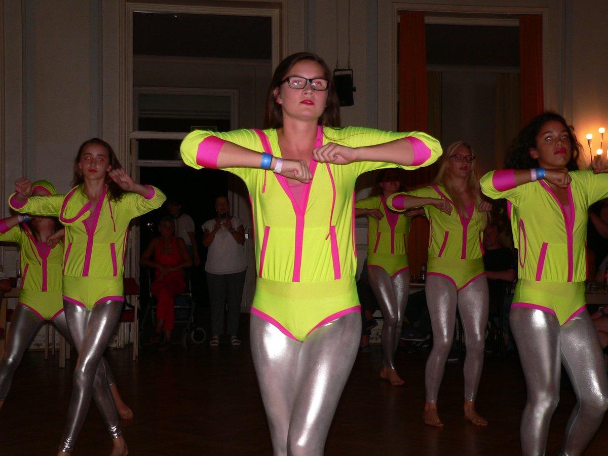 """Die Tanzgruppe """"Alufolien"""" des ATV Berlin trat bei der Sportlerehrung auf."""
