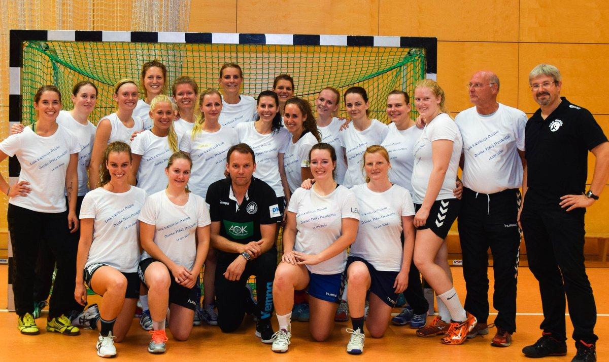 Das Team der 2. Frauen der HSG Neukölln Berlin mit Bundestrainer Dagur Sigurdsson (unten Mitte)