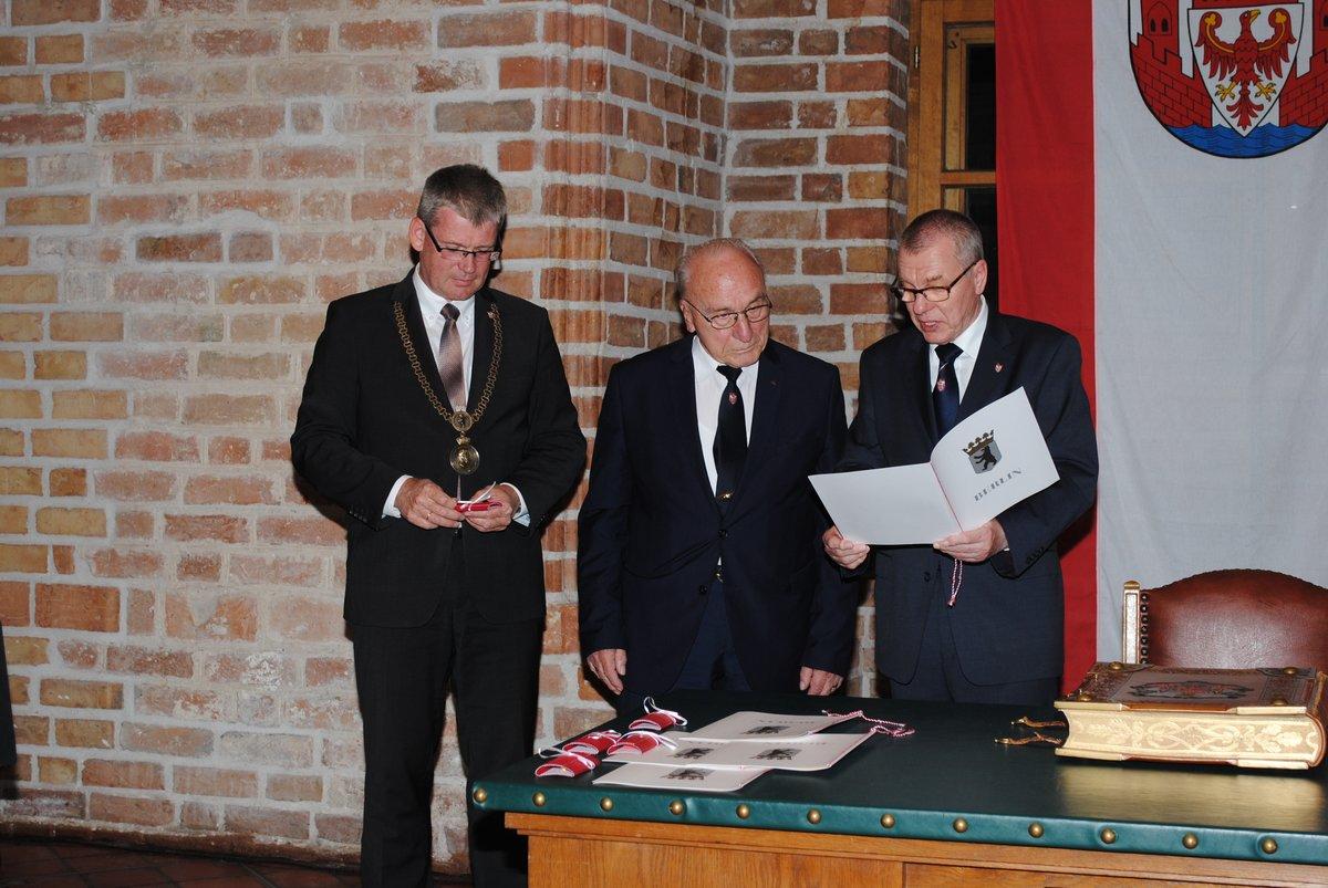 Bürgermeister Helmut Kleebank mit Helmut Götzner und Bezirksverordneten-Vorsteher Joachim Koza