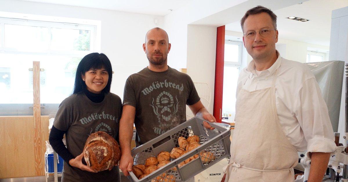 """Florian Domberger (rechts), seine Frau Vanessa und Bäckermeister Ralf Tschentscher im neu eröffneten """"Brot-Werk""""."""