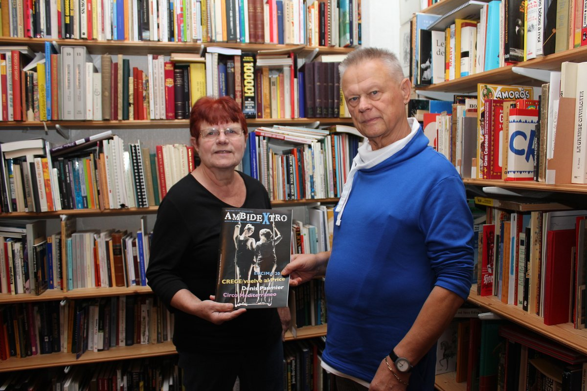 Gisela und Dietmar Winkler in ihrem Zirkusarchiv.