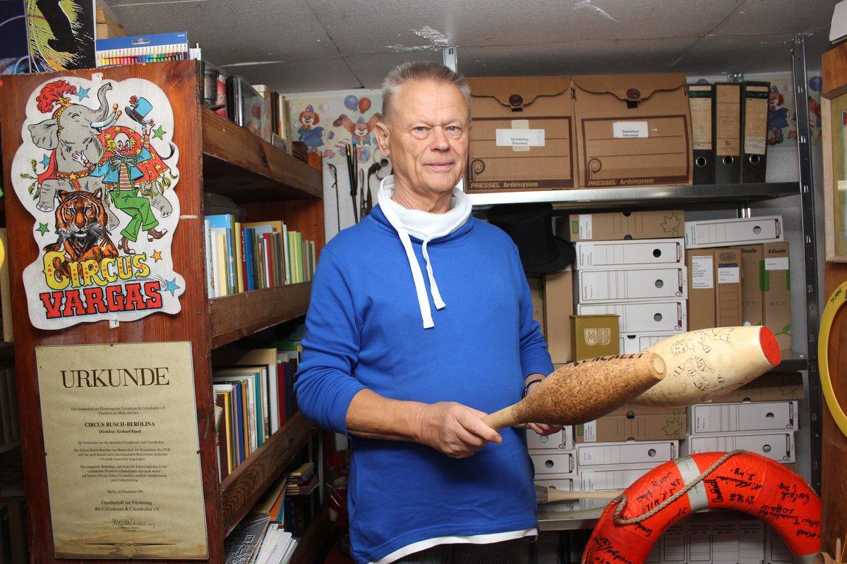 Dietmar Winkler mit von Artisten signierten Jonglierkeulen. Auch solche Requisiten finden sich im Archiv.