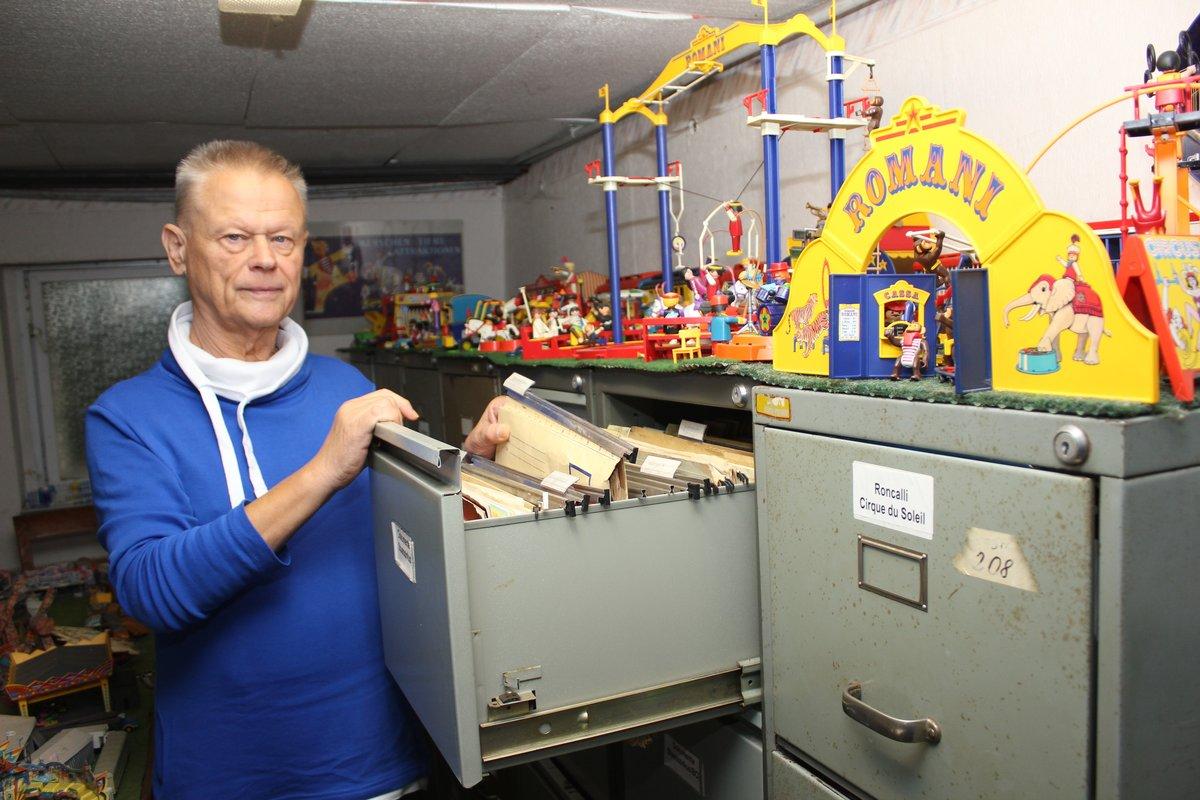 Dietmar Winkler in einem Bereich des Zirkusarchivs. Seine Frau und er sammelten nicht nur Fotos von Zirkussen und Artisten. Auch Zirkus-Spielzeug findet sich bei ihnen.