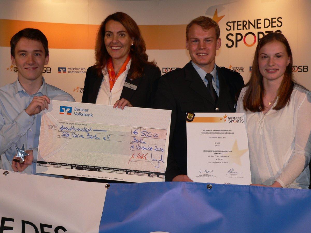 Amelie Bantleon (rechts) und Jonas Ansuhn (links) bei der Preisvergabe zusammen mit Marija Kolak, Vorstandsmitglied der Berliner Volksbank, und Kanu-Olympiasieger Marcus Groß, Ehrengast der Veranstaltung.