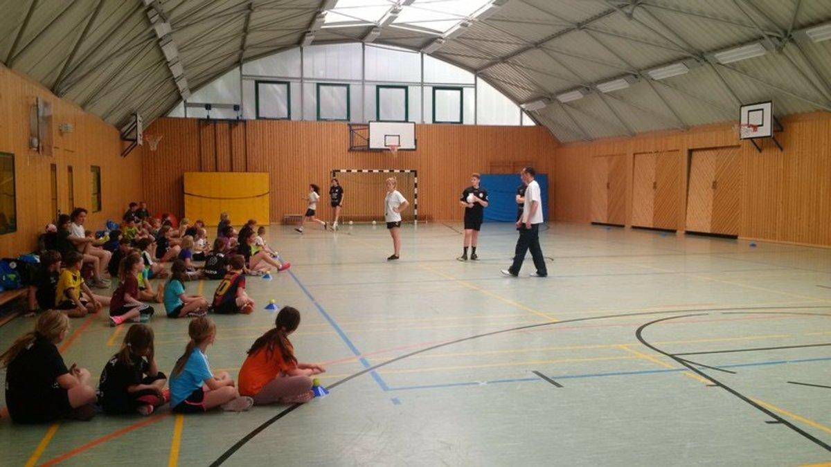 Regelmäßiger Handballunterricht in Schulen. Das ist ein Teil des Narva-Jugendkonzepts.