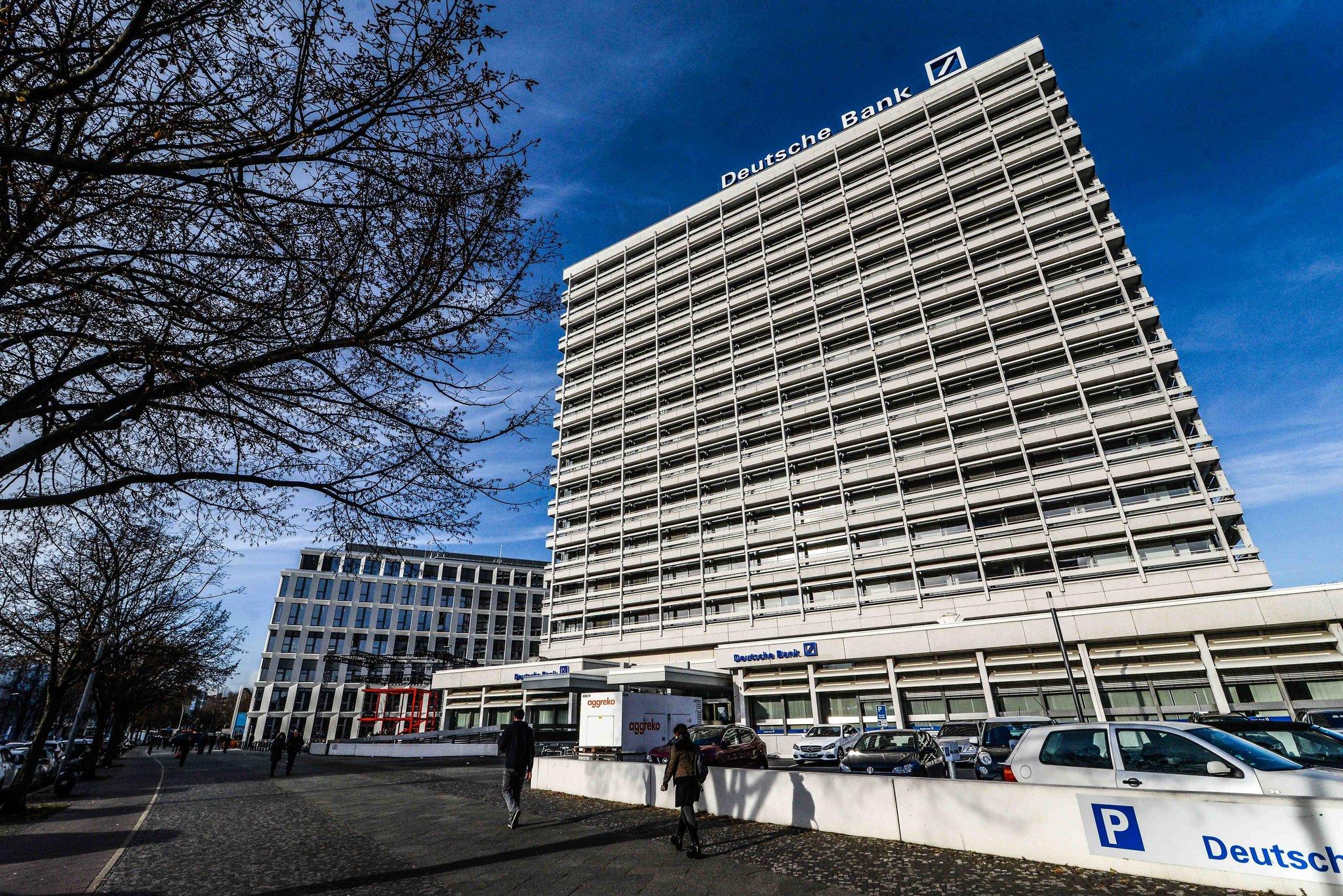 Roter Stahl und blauer Balken Deutsche Bank bündelt Kräfte am ...