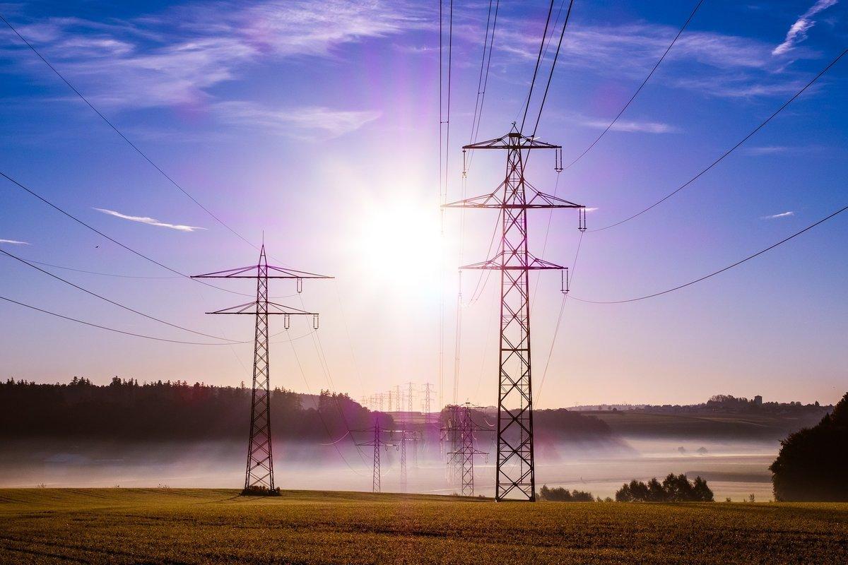 Verbraucher müssen im Jahre 2017 durchschnittlich vier Prozent mehr für eine Kilowattstunde Strom bezahlen. Das sind rund 50 Euro pro Haushalt und Jahr. Die Ökostrom-Umlage steigt um 0,35 auf 6,88 Cent pro Kilowattstunde. Auch die Netzentgelte werden angehoben.