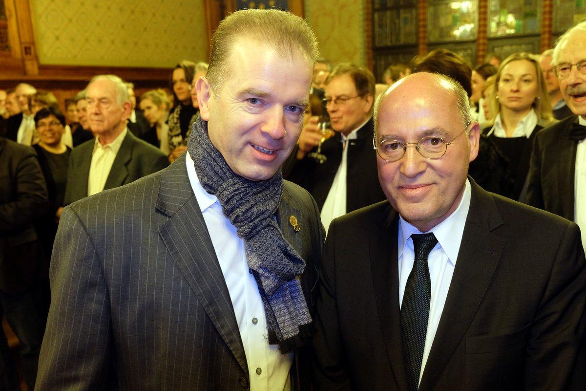 Bäckermeister Rainer Schwadtke und Abgeordneter Gregor Gysi (Die Linke).
