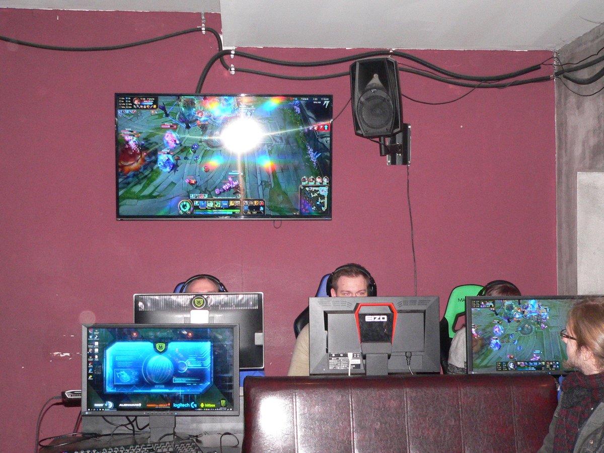 Wie es bei der League of Legends gerade aussieht, lässt sich auf einem großen Monitor verfolgen.