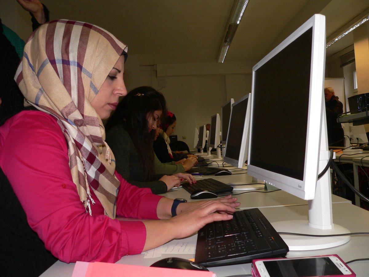"""Rund 15 Frauen kommen regelmäßig zum """"Digital Empowerment"""" ins FrauenComputerZentrum."""