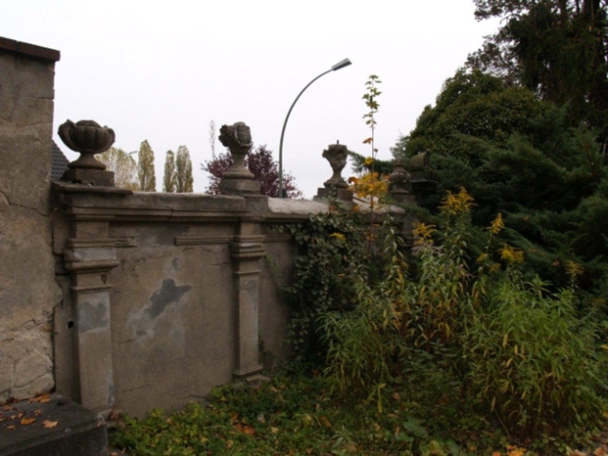Friedhofsmauer an der Mühlenstraße, Reihe der Erbbegräbnisse, Friedhof IX, Französisch Buchholz. Foto: Anne Schäfer-Junker