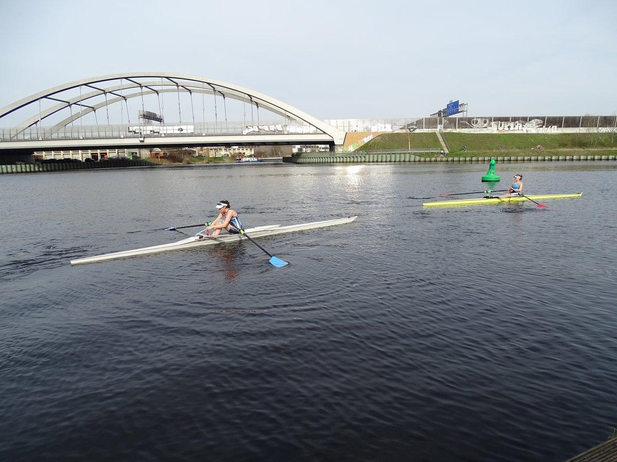 Mindestens eineinhalb Stunden rudern die beiden Sportlerinnen in der Regel durch den Teltowkanal, sechs Mal die Woche.