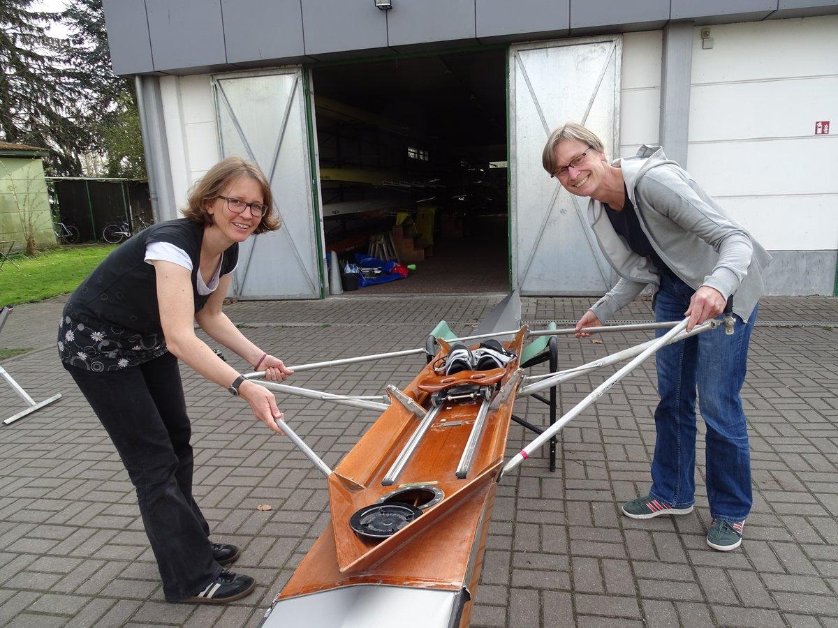 Ute Simon (rechts) und Ulrike Suchantke bei der Begutachtung eines neuen Ruderbootes auf dem Vereinsgelände.