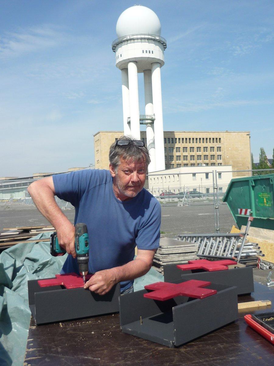 Micha Landmesser baute bis kurz vor der Eröffnung an Erste-Hilfe-Kästen.