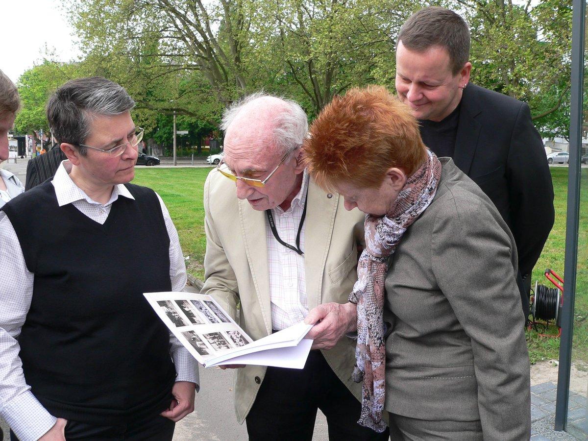 Walter Frankenstein zeigt seine gesammelten Erinnerungen an die ehemalige Jüdische Bauschule. Foto: Frey