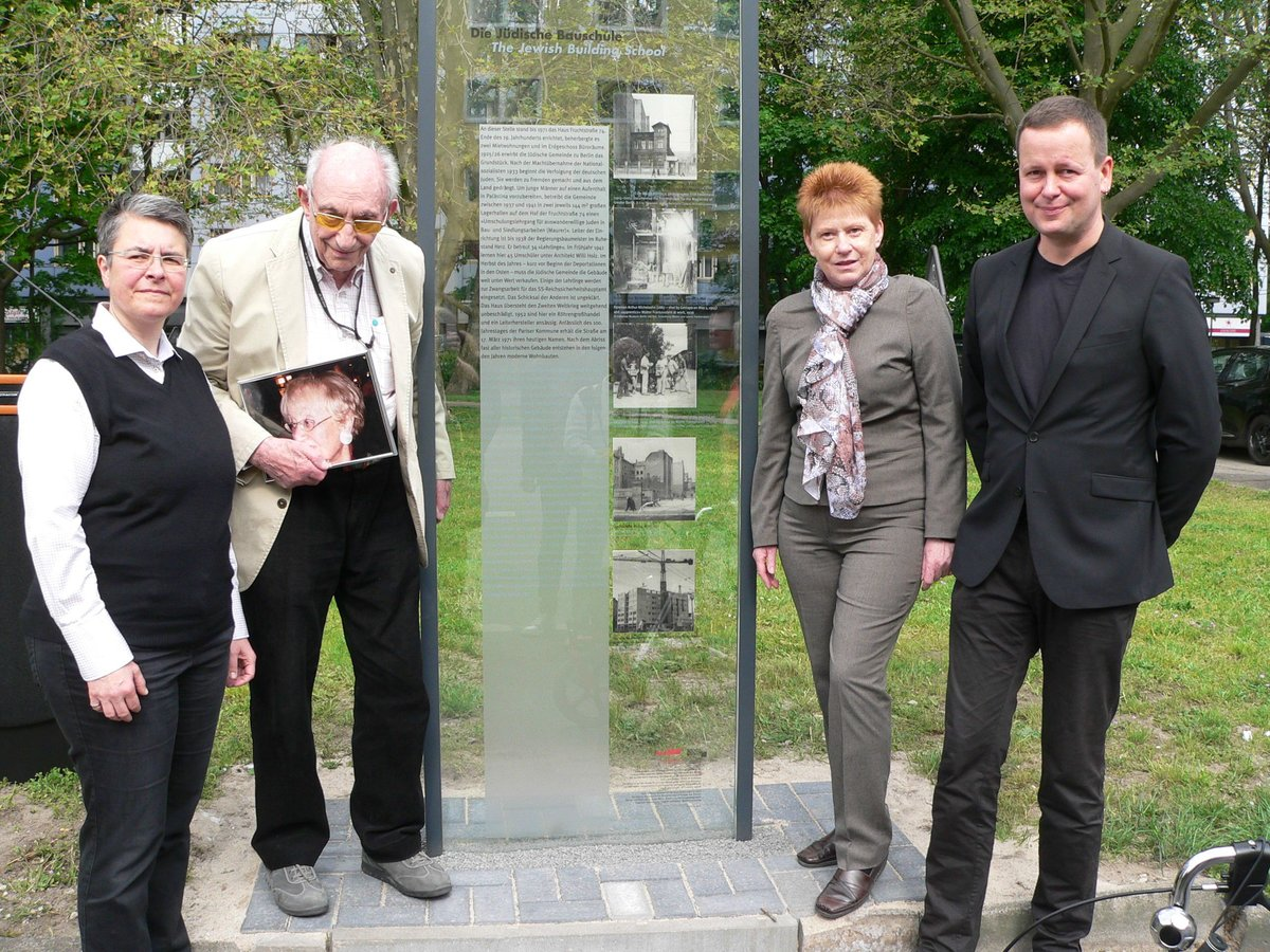 Walter Frankenstein (Zweiter von links) zusammen mit Bürgermeisterin Monika Herrmann (links), Bundestagsvizepräsidentin Petra Pau (Linke) und Kultursenator Klaus Leder an der Gedenktafel.