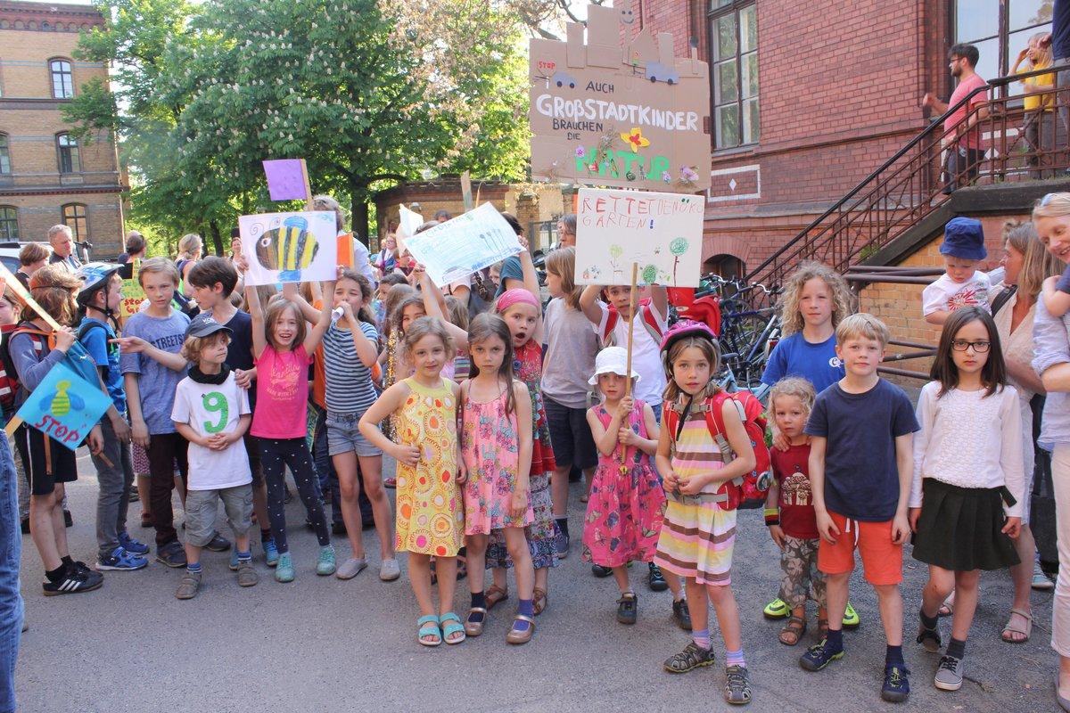 Mit kreativ gestalteten Transparenten fordern Schüler und Eltern den Erhalt des Ökogartens. Foto: BW