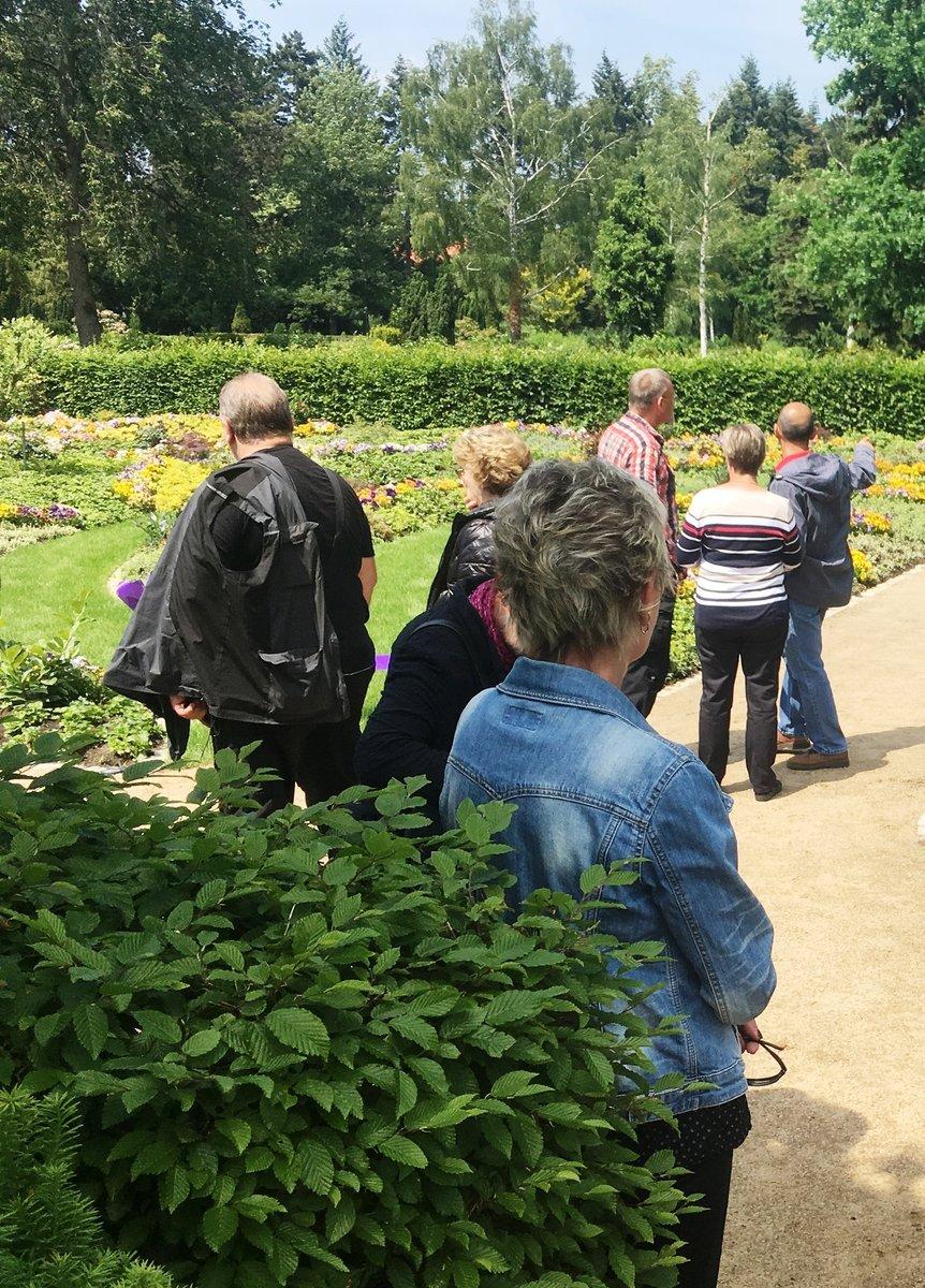 Die ersten Besucher des neuen Memoriam-Gartens.