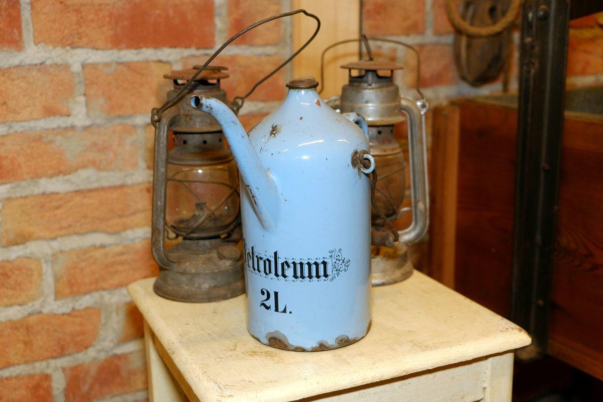 Petroleumlampen und Brennstoffkanne.