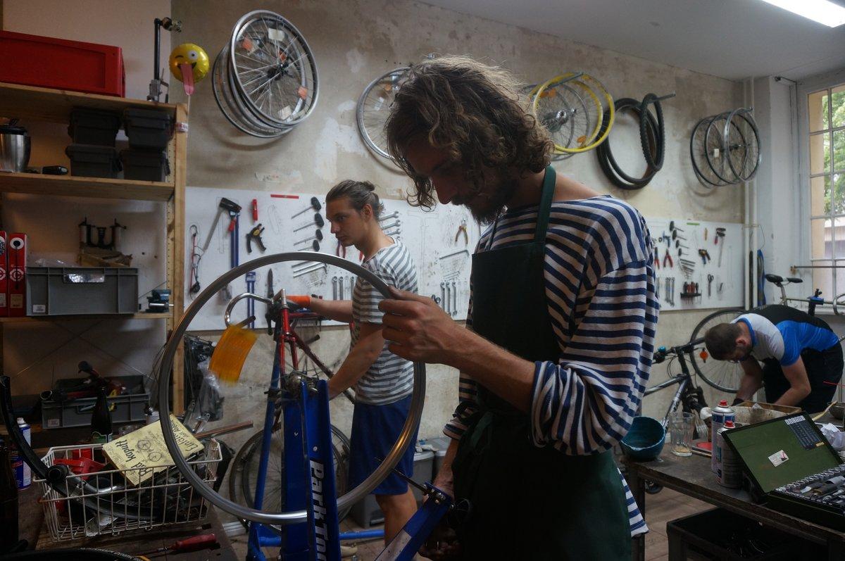 Bei derArbeit: In der Rückenwind-Werkstatt werden Fahrräder wieder flottgemacht. Foto: Schilp
