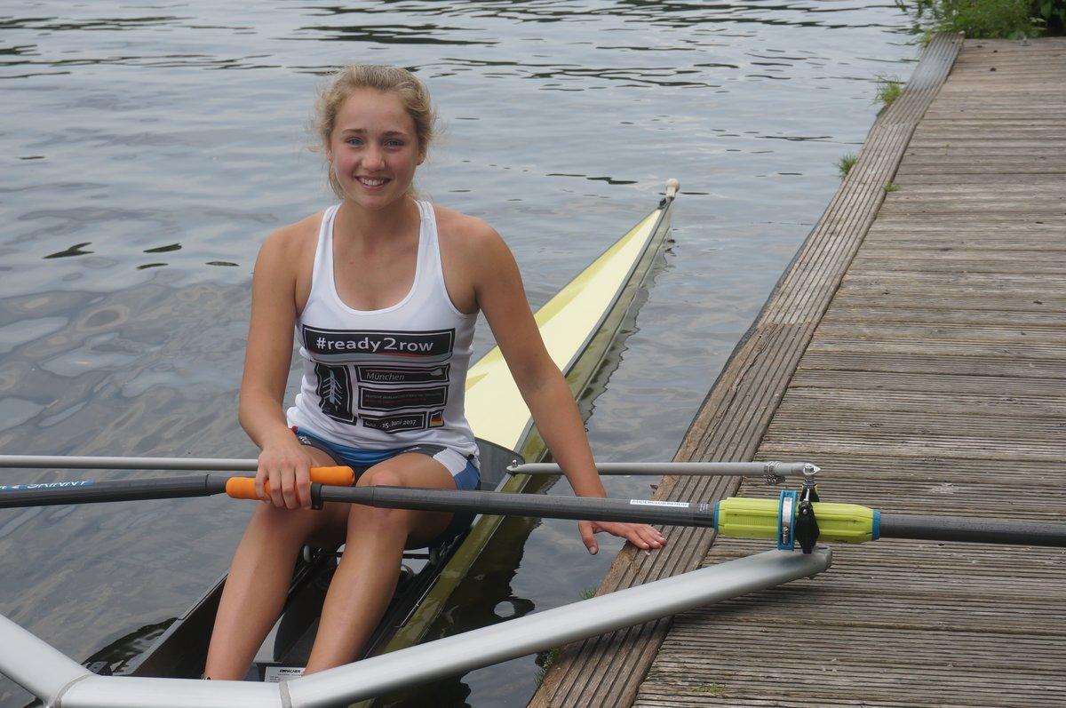 """Luisa Simon in ihrem gelben, 7,40 Meter langen Boot """"Filou""""."""