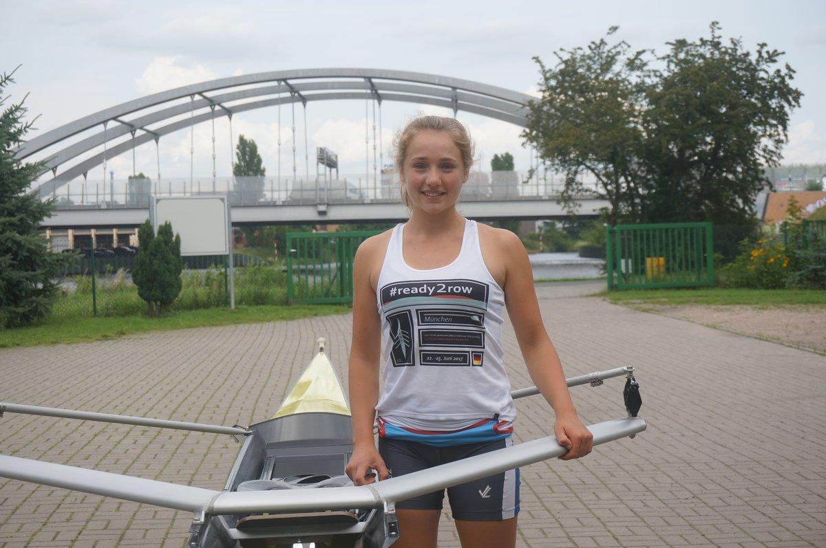 Luisa Simon auf dem Vereinsgelände. Im Hintergrund die Autobahnbrücke, die den Britzer Verbindungskanal überspannt. Foto: Schilp